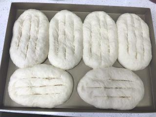 香葱培根芝士面包(咸香味),发酵好以后取出,用刀片在面包中上层竖着划三条。不要划到底。