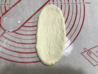 香葱培根芝士面包(咸香味),用擀面杖擀成牛舌长条形状。