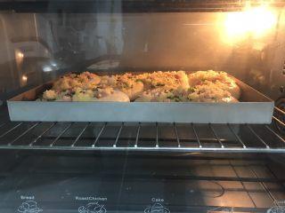 香葱培根芝士面包(咸香味),刷蛋液,此时预热烤箱上下火200度。烤箱提前预热,220度5分钟