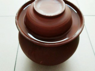 秘制酸萝卜老鸭汤,这就是我家的宝贝泡菜坛,我找了无数个地方才买到它的,不过也很值,这坛子确实好,泡出来的泡菜实在是香!这道秘制酸萝卜老鸭汤的味道全靠这里面的东西了!