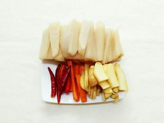 秘制酸萝卜老鸭汤,将酸萝卜,泡姜,泡胡萝卜切片,不要切太薄,泡椒不用切!