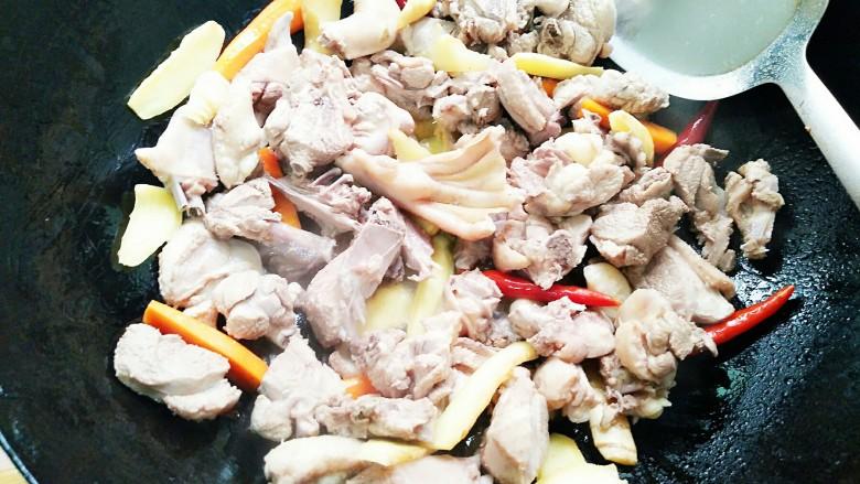 秘制酸萝卜老鸭汤,加入焯好水的鸭子,不断的翻炒!