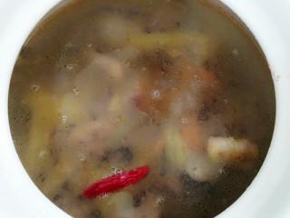 秘制酸萝卜老鸭汤,把炒好的鸭子放入汤罐里,加水至罐子的七成满即可!