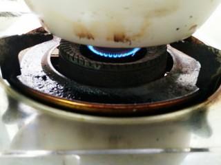 秘制酸萝卜老鸭汤,转小火熬制一个半小时即可!