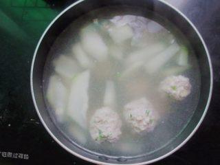肉丸冬瓜汤—夏日清爽靓汤,加入肉丸,继续煮,丸子浮起来后可以加点香菜,不吃的可以不加。