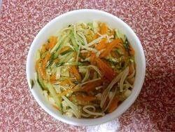 凉拌金针菇,8.把金针菇放入碗中压实,上面盖上盘子