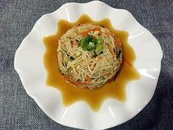 凉拌金针菇,9.反转过来,盘子在下,拿掉碗,上面撒上葱花