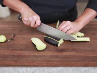 快速简单,鱼香茄子,再从中间切开,然后很容易就能切成均等长度的三个小段