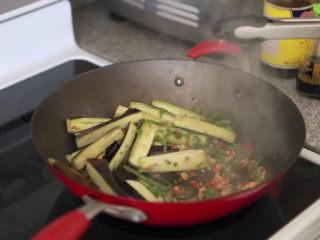 快速简单,鱼香茄子,把茄子拨到一边,再加点油,把葱姜蒜末和辣椒碎一起倒入翻炒至闻到香味