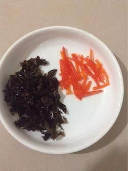 木耳炒鸡蛋,3.木耳和红椒各切丝。