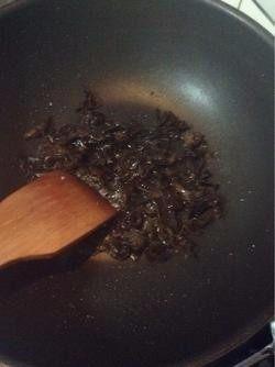 木耳炒鸡蛋,5.锅中放少许油,放入黑木耳煸炒2分钟。