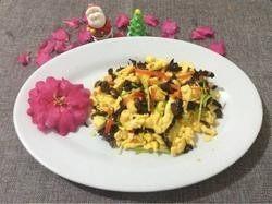 木耳炒鸡蛋,7.撒上葱出锅装盘即可。