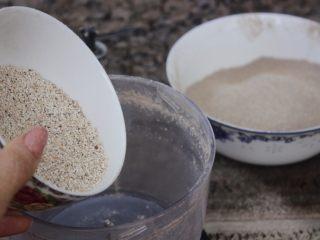 自制藜麦面粉,接着搅拌剩下的