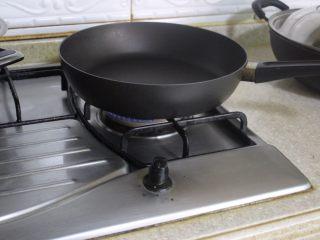 自制藜麦面粉,拿一个平底锅,开上小火
