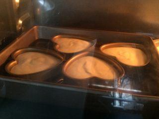 酸奶天使蛋糕,放入烤箱,溫度調整為150度上下火,時間設定30分鐘。 如果是用一個整模,時間設定可以稍微長一點,40-50分鐘。