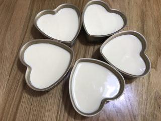 酸奶天使蛋糕,倒入模具,震動兩下,消除大氣泡。 模具底部最后能夠墊上不粘烘焙油紙,方便脫模。