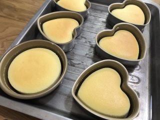 酸奶天使蛋糕,時間到了以后,調整上火為175度,下火關閉。繼續烘烤5分鐘。到表面出現燒色即可關火。也可以將烤盤放在烤箱中上層進行燒色,150度5-10分鐘。根據各人喜歡的燒色程度自行取決烘烤時間。沒有愛心模具,拿漢堡模具也可以