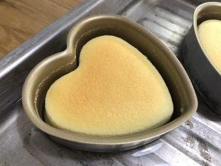 酸奶天使蛋糕,完成以后不要立即取出蛋糕,繼續燜1小時左右。待蛋糕冷卻,自離模。