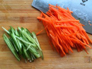 豆腐卷,黄瓜和胡萝卜洗干净切成丝。