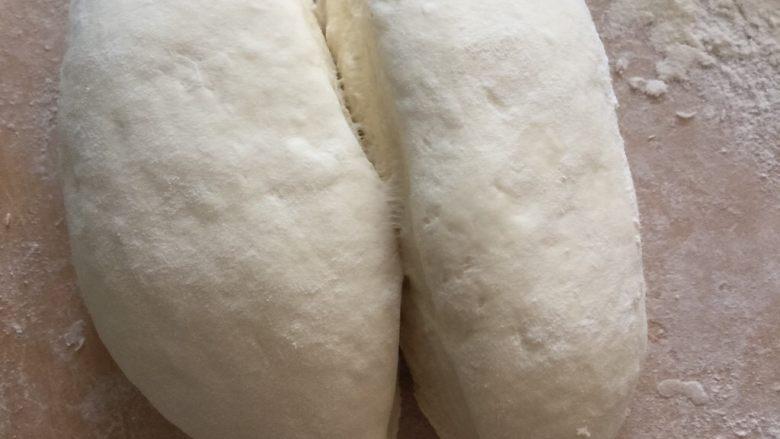 肉夹馍,面团发酵一倍大左右,结束发酵取出用干面粉揉匀。