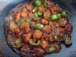 红烧牛筋,放入青椒后再煮5分钟,大火收汁。出锅.....