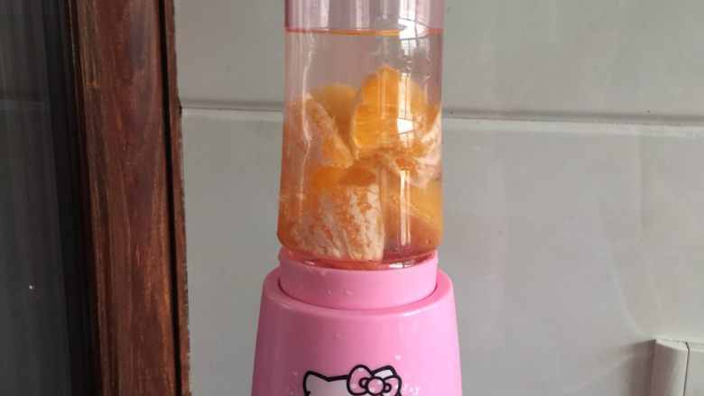 樱花双色布丁,橙子加适量清水用搅拌机搅打出橙汁