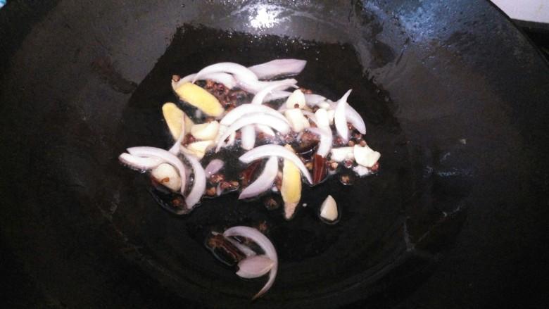 ≈麻辣龙利鱼≈,另起锅,倒入油,烧热后倒入洋葱,生姜,大蒜,花椒,干辣椒炒香