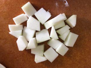 冬瓜薏米排骨汤,切块备用