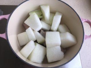 冬瓜薏米排骨汤,再放冬瓜