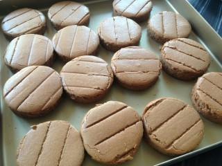 淋面可可蛋糕,放凉后,用圆形模具压出15块圆形的蛋糕片。