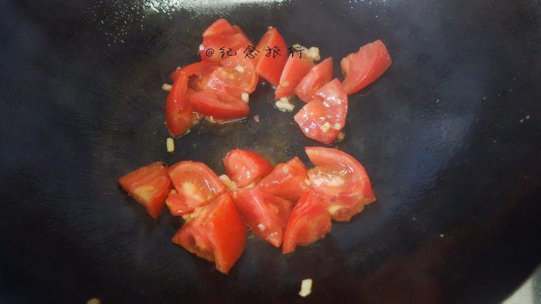 简简单单一碗番茄面,放入番茄翻炒
