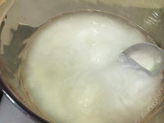 凉糕,再倒回锅里沸水里小火熬煮,期间需要不停地搅拌防止粘锅。