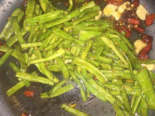 干煸豆角,爆香后,放入之前炸好的豆角,搅拌均匀。
