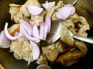 原汁原味手抓羊肉,再放洋葱,生姜,炝料酒翻炒片刻。