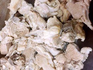 原汁原味手抓羊肉,热锅冷油,油烧至八成热时,下羊肉大火翻炒片刻。
