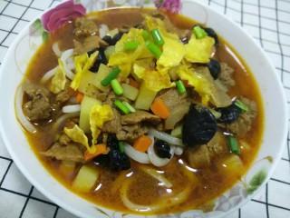 简单的手擀面,还有臊子面,味道好得不得了,而且纯手工吃得放心吃得健康,就算是一碗清汤面味道也很不错的