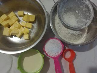 淡奶油曲奇,准备材料。烤箱提前预热上下火175度10分钟。