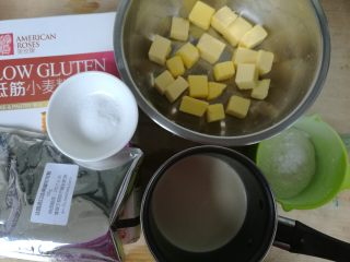 巧克力淡奶油曲奇,准备好所有材料。低筋粉和可可粉提前过筛。