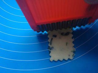 棉花糖加薪苏打饼干,用尺子和小刀子或饼干模具切成长方形,做出花边(我用多功能切菜器切的哈哈)。