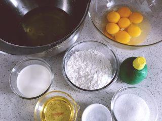 日式棉花蛋糕,准备工作:将6个蛋黄与1个全蛋混合。6个蛋白放入冰箱冷藏备用。低粉过筛2次。