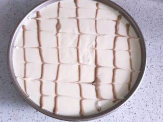 日式棉花蛋糕,去少量面糊加入一点可可粉翻拌均匀后,装入裱花袋,在蛋糕表面画直线,用牙签向两侧画出纹路。(此步骤可以省略)