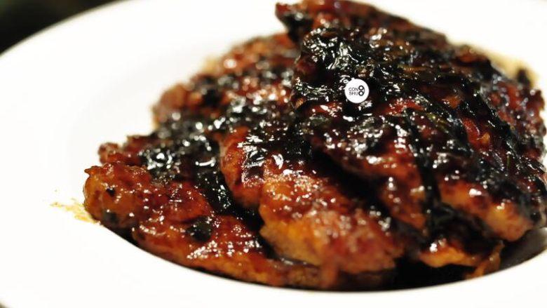 葱说 | 浓油赤酱的葱烤大排,倒入100ml左右清水,小火煨10分钟,出锅。
