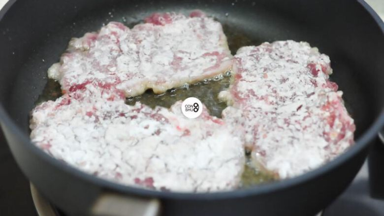 葱说 | 浓油赤酱的葱烤大排,煎至变色翻面。