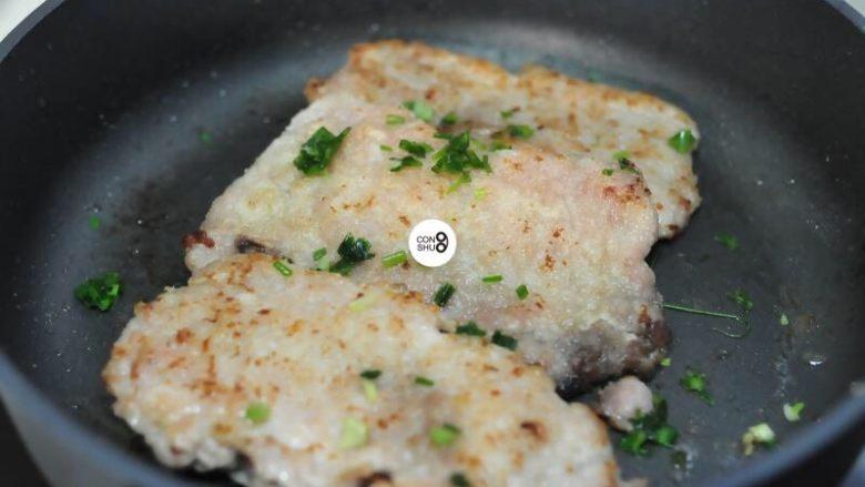 葱说 | 浓油赤酱的葱烤大排,锅底铺上葱,覆上大排,再铺一层葱。用小火烤2-3分钟,葱香味慢慢溢出。