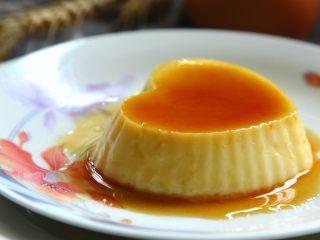 焦糖布丁,直到布丁液凝固。烤好的布丁冷藏食用味道更佳,食用時倒扣模具輕拍模具即可脫模