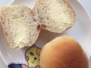 冰面包,冷冻一夜,想吃的时候回温一下,面包软软的,冰淇淋液凉凉的,这个夏天让我们造起来。