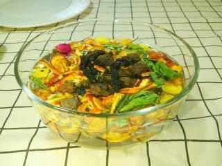 凉夏酸梅汤,除桂花和冰糖外,所以材料用净水冲洗三遍,洗去浮尘。