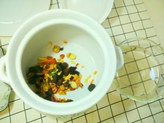 凉夏酸梅汤,洗净后捞近砂锅里。
