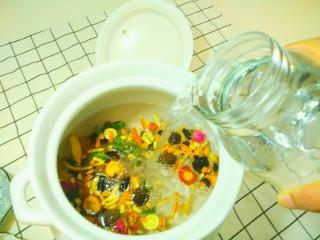 凉夏酸梅汤,倒入3000ml纯净水。