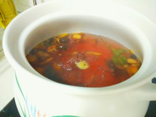 凉夏酸梅汤,煮沸后,调至中小火,把盖子拿开。中小火开盖煮20分钟。
